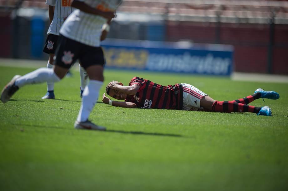 Jogador do Flamengo no chão após sofrer falta