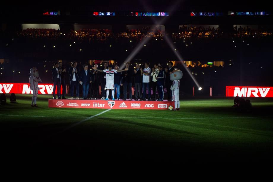 Daniel Alves diante dos 44 mil torcedores tricolores no Morumbi