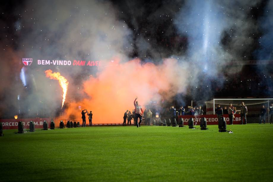 Luis Fabiano foi recebido com grande festa pela torcida tricolor