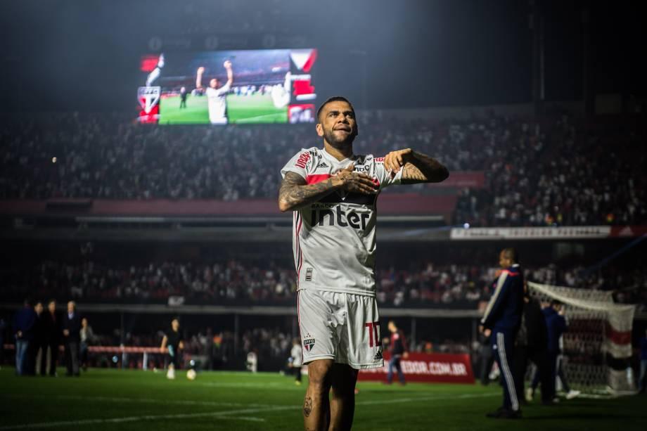 Daniel Alves saudando a torcida no Morumbi