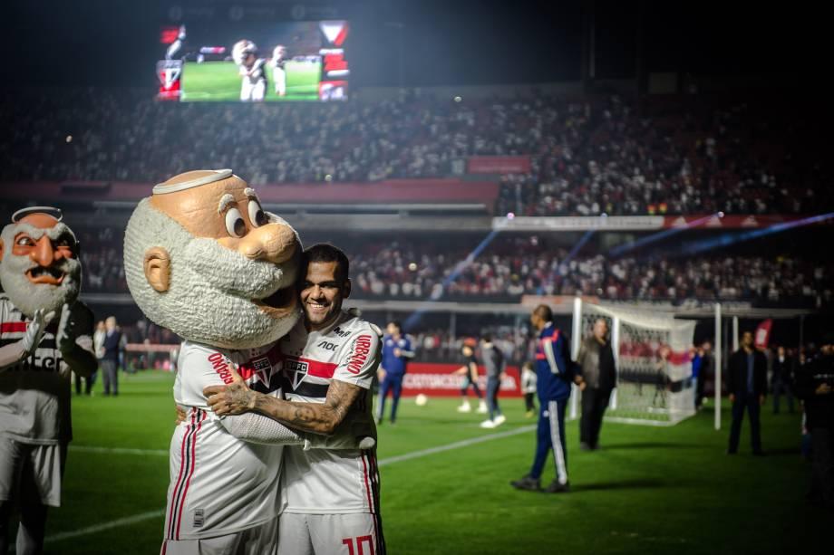 Daniel Alves e o mascote tricolor, o Santo Paulo