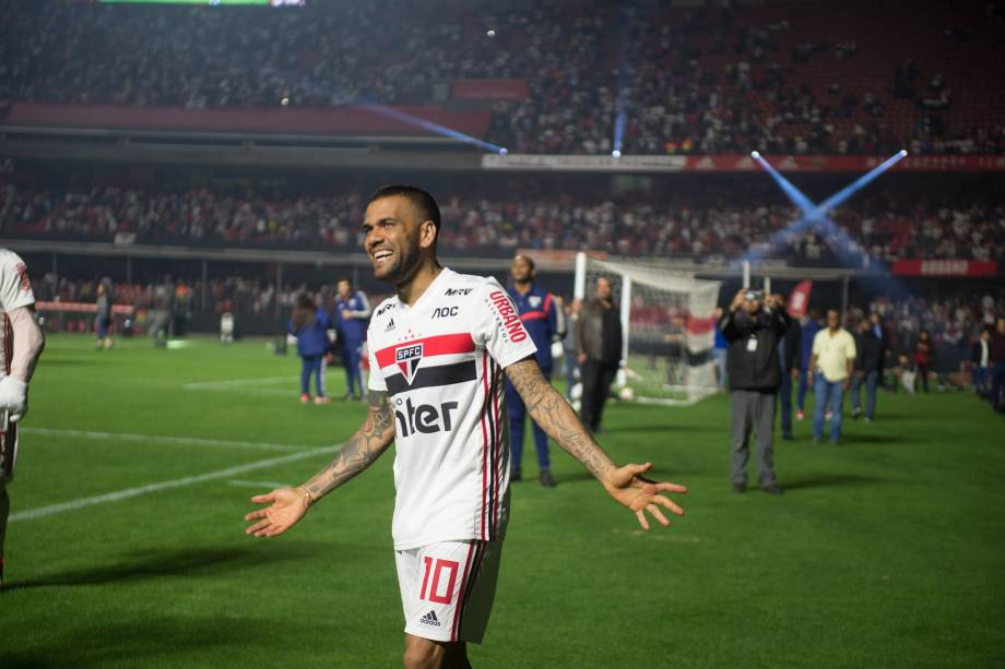 Daniel Alves durante volta no campo do Morumbi