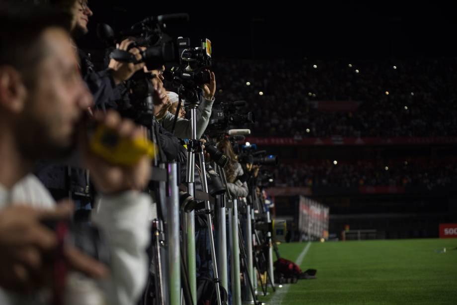 Dezenas de fotógrafos e cinegrafistas aguardavam a chegada de Daniel Alves