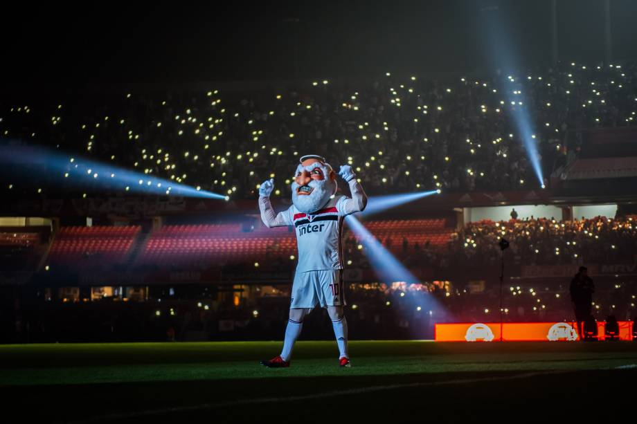 O mascote do clube, Santo Paulo, animou a torcida durante a apresentação