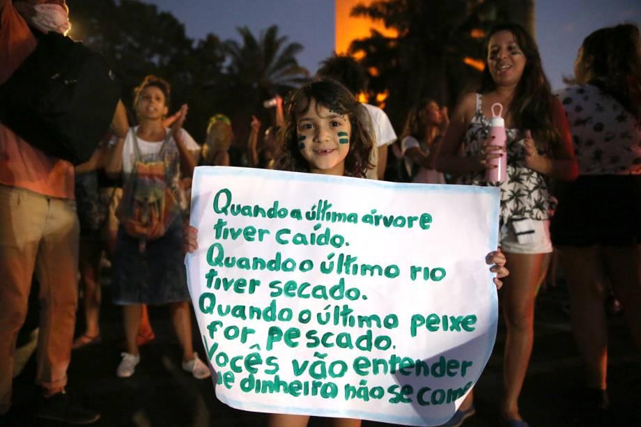 Manifestante protesta em frente ao Ministério do Meio Ambiente, em Brasília - 23/8/2019