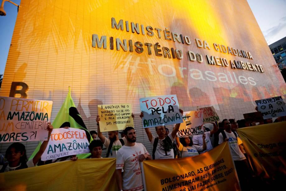 Manifestantes protestam em defesa da Amazônia em frente ao Ministério do Meio Ambiente, em Brasília - 23/8/2019