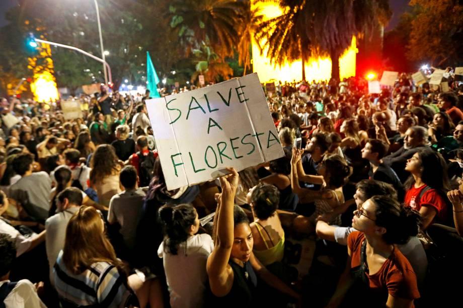 Em frente ao prédio do Ministério do Meio Ambiente, em Brasília, manifestantes pedem a saída do ministro Ricardo Salles - 23/8/2019
