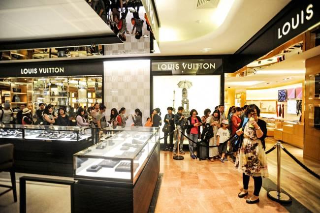 A FILA CRESCE - Chineses numa loja de luxo em Paris: compras em alta
