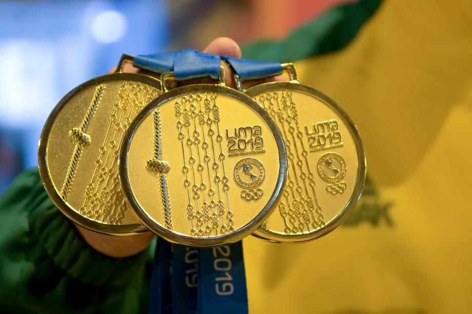 Chico Barreto, do Brasil, exibindo as suas medalhas de ouro conquistadas na ginástica artística, em Lima