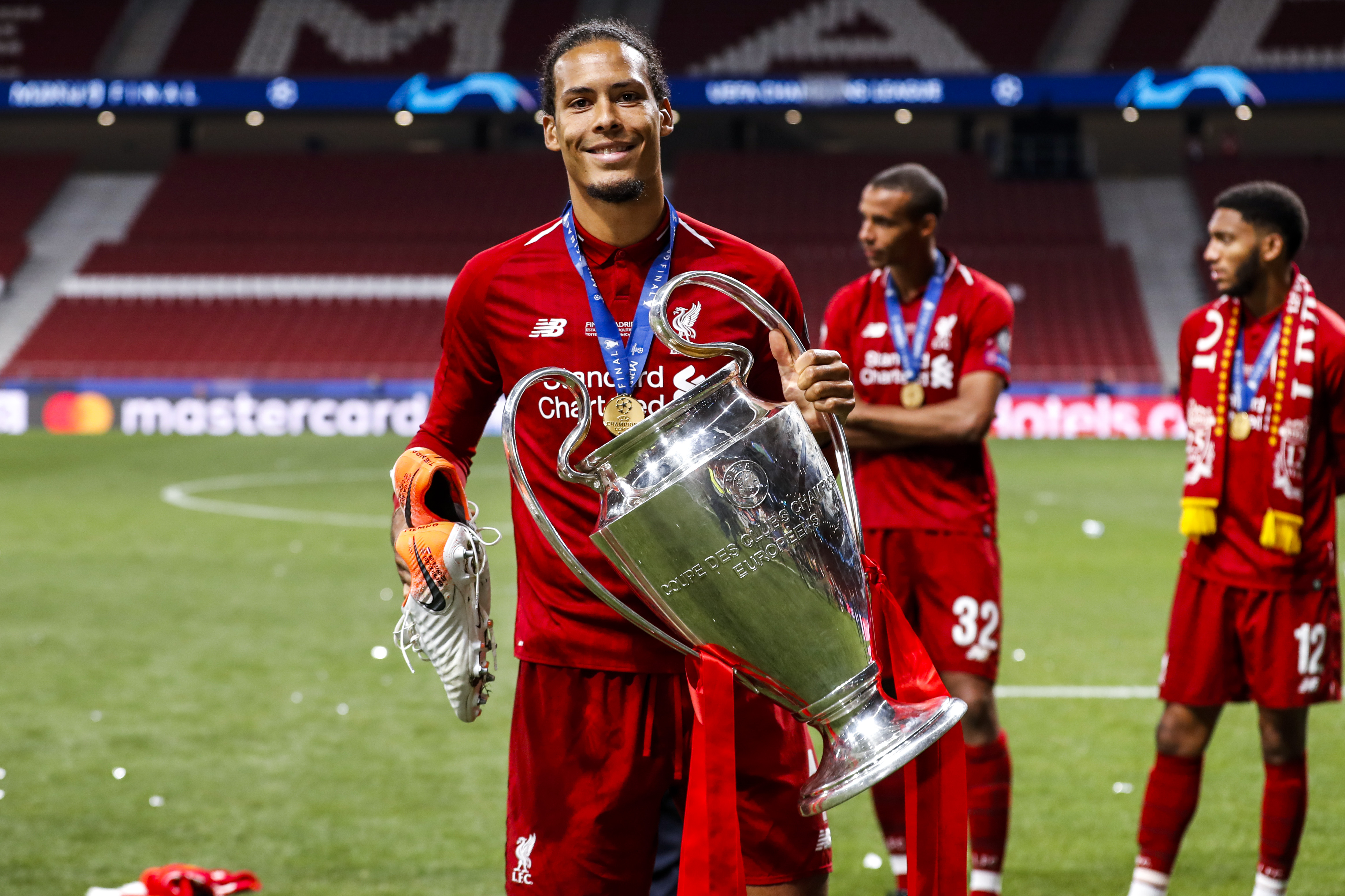 Virgil Van Dijk, do Liverpool, com a taça da Liga dos Campeões de 2019
