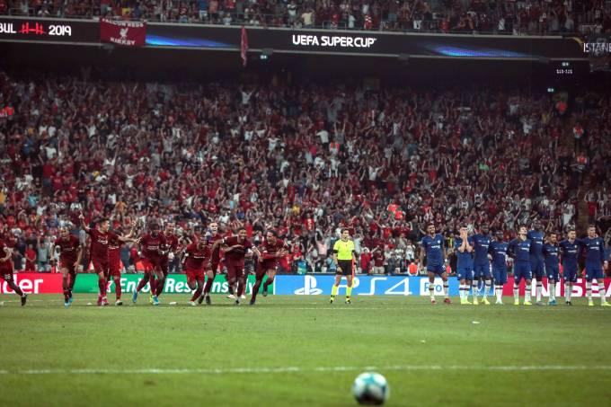 Jogadores do Liverpool celebram vitória sobre o Chelsea em Istambul