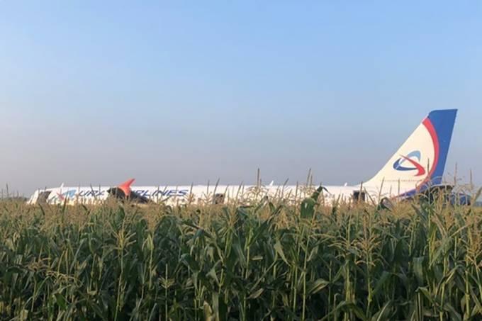 Avião da Ural Airline fez pouso de emergência em plantação logo após decolagem