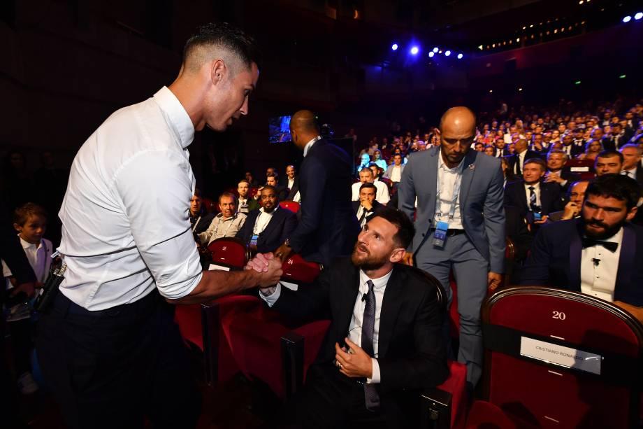 Cristiano Ronaldo e Lionel Messi se cumprimentam antes da premiação dos melhores da Uefa de 2019, em Mônaco