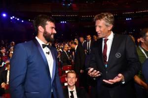 Alisson conversa com o ex-goleiro holandês Van der Sar na festa da Uefa em Mônaco
