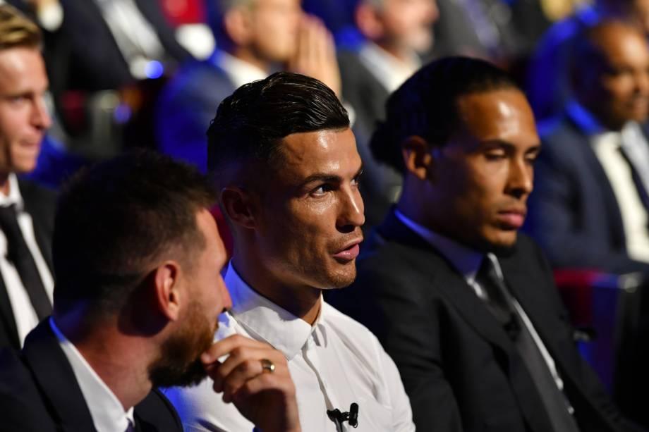Lionel Messi e Cristiano Ronaldo conversam durante cerimônia da Uefa em Mônaco
