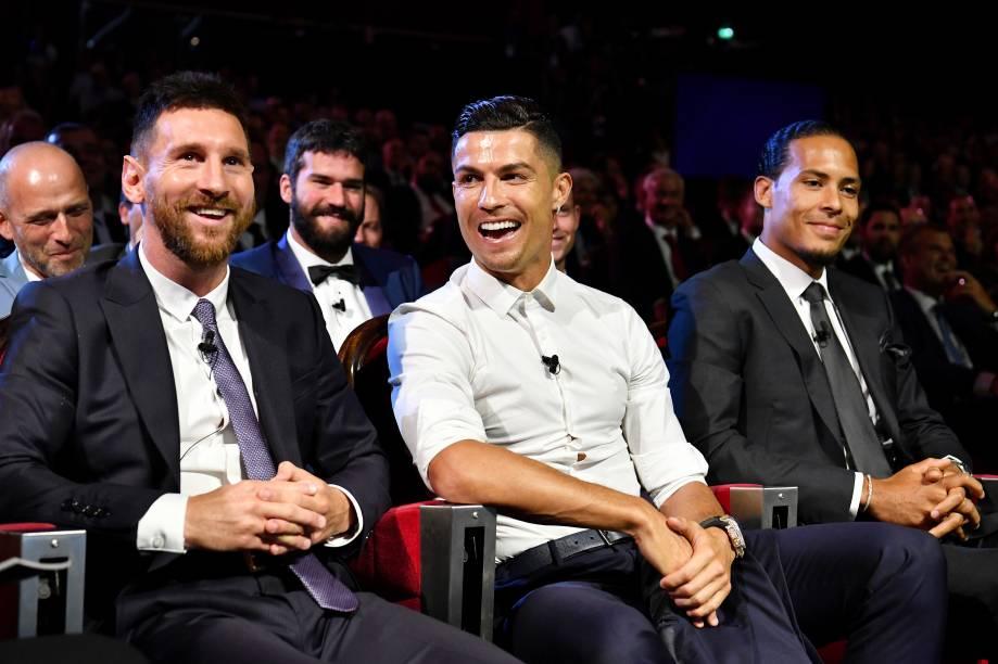 Lionel Messi e Cristiano Ronaldo se divertem ao lado de Virgil Van Dijk na cerimônia da Uefa