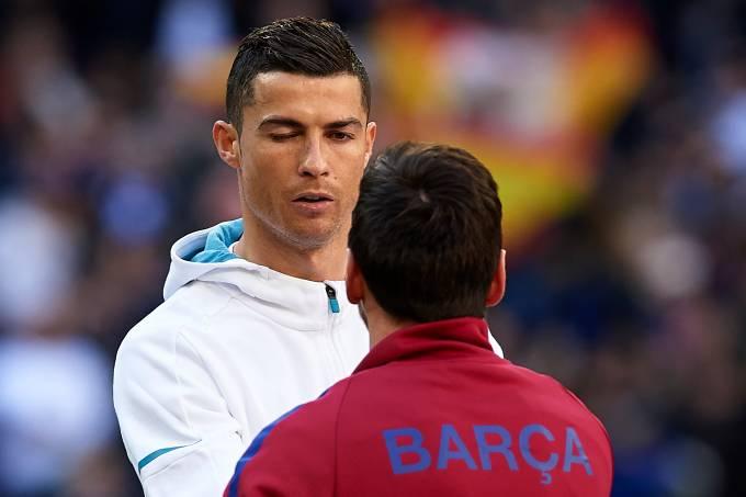 Cristiano Ronaldo e Lionel Messi durante clássico espanhol