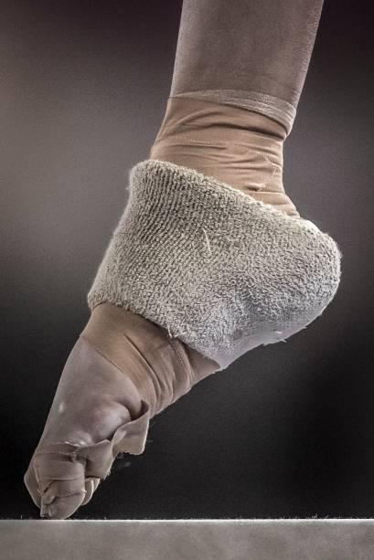 A brasileira Carolyne Pedro, em ação pela equipe de ginastica artística, onde conquistaram a medalha de bronze na prova por equipes