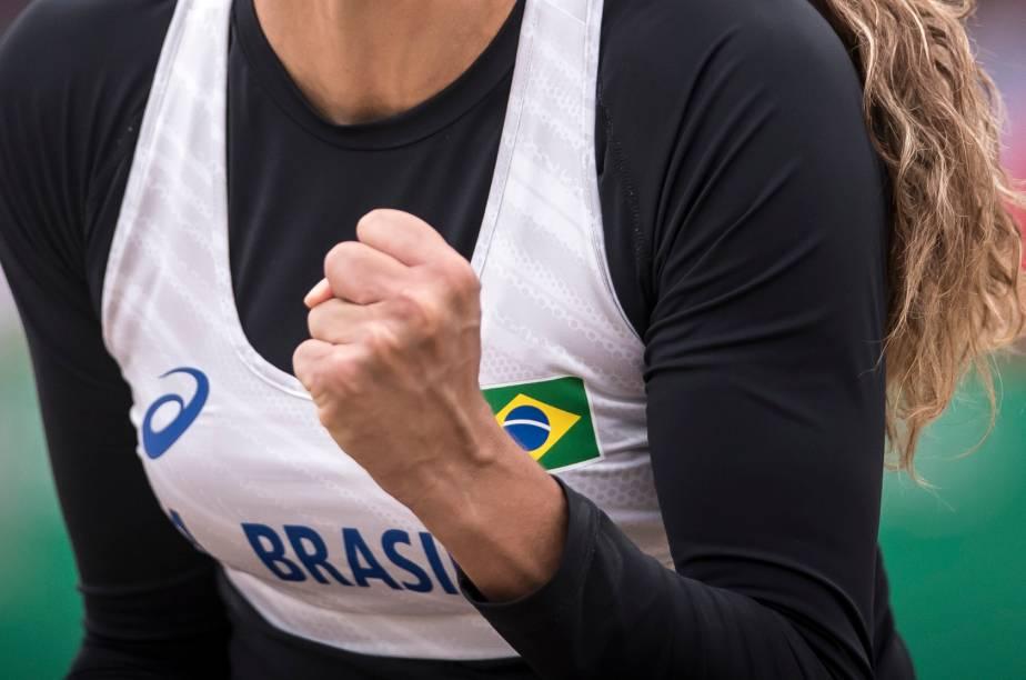 Carol Horta, do Brasil, vibrando durante partida pelo vôlei de praia