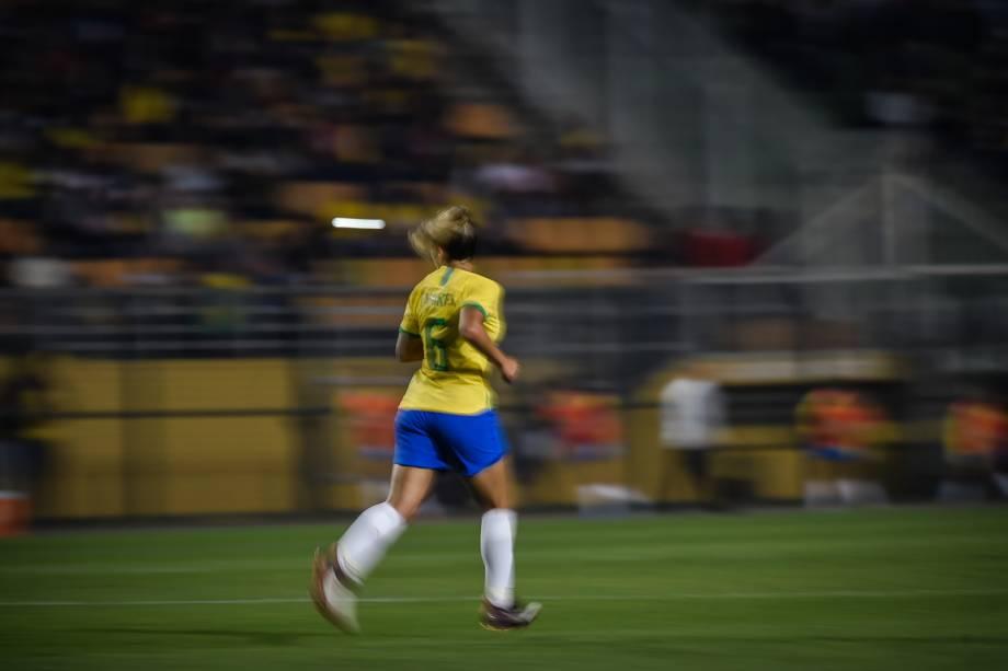 A lateral-esquerda Tamires em ação na partida