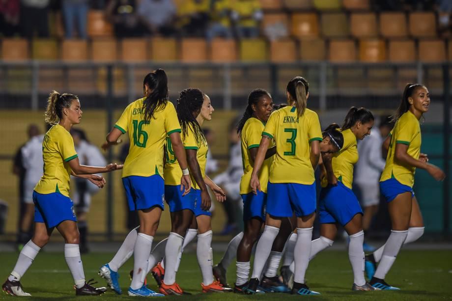 Jogadoras do Brasil comemoram mais um gol diante da Argentina