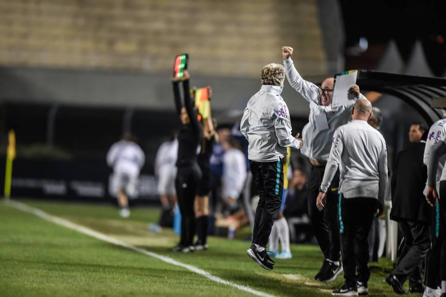 Pia Sundhage vibrando com a comissão técnica após mais um gol do Brasil