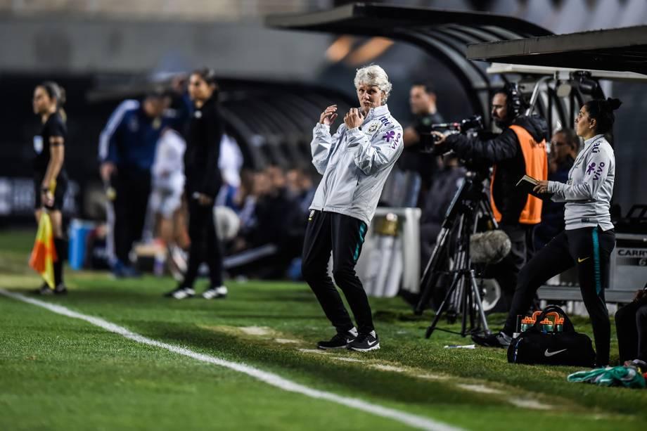 Pia Sundhage vibrando durante uma chance de gol brasileira