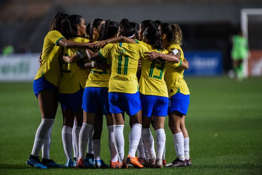Jogadoras do Brasil comemoram o quinto e último gol diante da Argentina