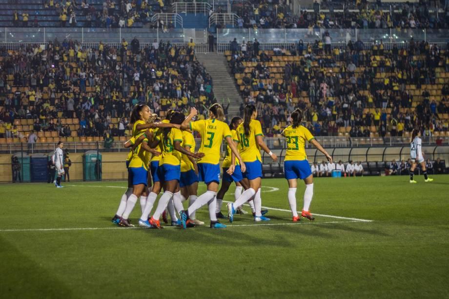 Jogadoras comemoram mais um gol durante a primeira etapa