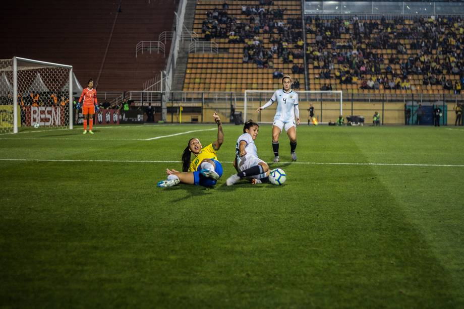 Bia Zaneratto em disputa de bola com a jogadora da Argentina