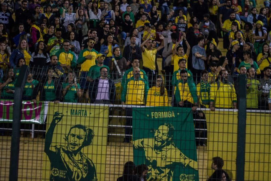 A torcida marcou presença em faixas de apoio à Marta e Formiga