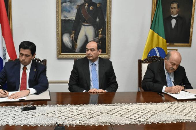 O embaixador do Brasil em Assunção, Carlos Alberto Simas Magalhães (dir.), assina anulação do acordo com autoridades paraguaias: recuo para evitar crise maior – 01/08/2019