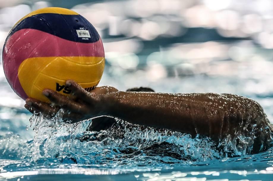 Atleta brasileiro de pólo aquático masculino durante treino da seleção