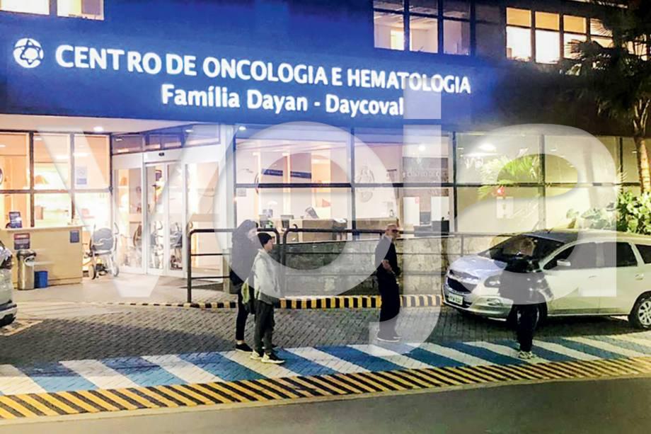 ...e, já de noite, deixa o local que tem uma das mais modernas estruturas do país para exames: tratamento contra um câncer no intestino