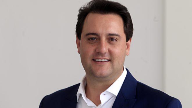 Governador Carlos Massa Ratinho Júnior durante coletiva para a imprensa no Palácio Iguaçu em Curitiba momentos antes de se reunir com secretários de governo – palácio iguaçu – assembléia legislativa do paraná – bandeira do brasil – bandeira do Par