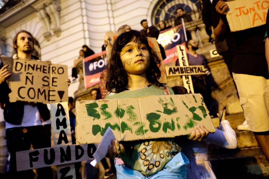 Manifestante segura cartaz em defesa da Amazônia durante protesto no centro do Rio de Janeiro - 23/8/2019