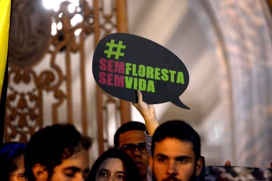 Manifestantes e ativistas protestam contra as queimadas e o desmatamento da Floresta Amazônica, no Rio de Janeiro - 23/8/2019