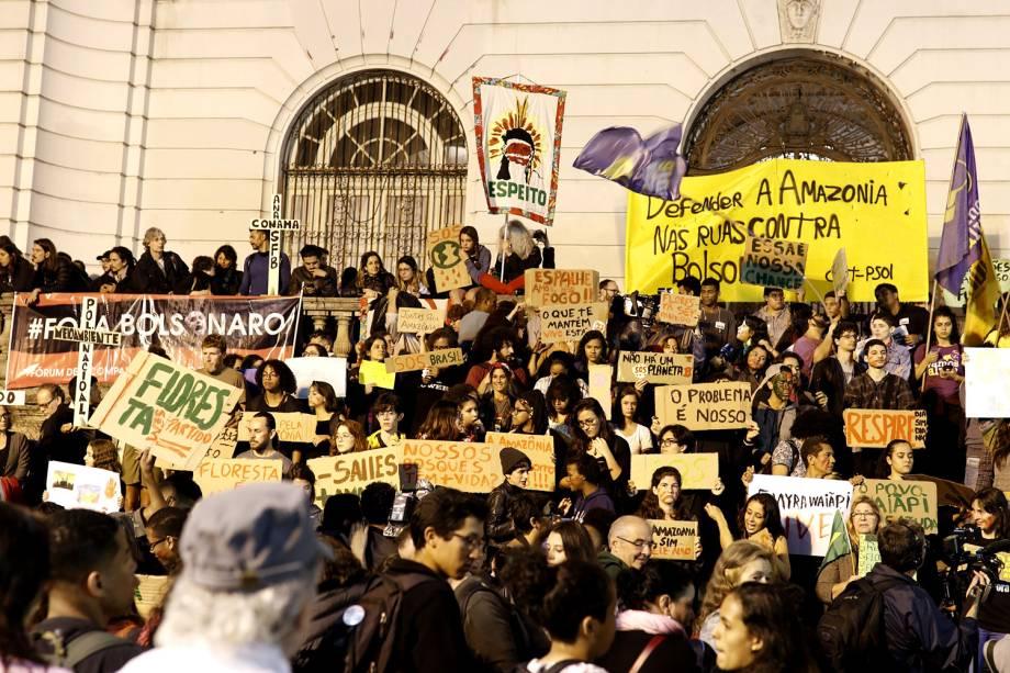 Manifestantes e ativistas protestam contra as queimadas e o desmatamento da Floresta Amazônica, na Candelária, o Rio de Janeiro - 23/8/2019