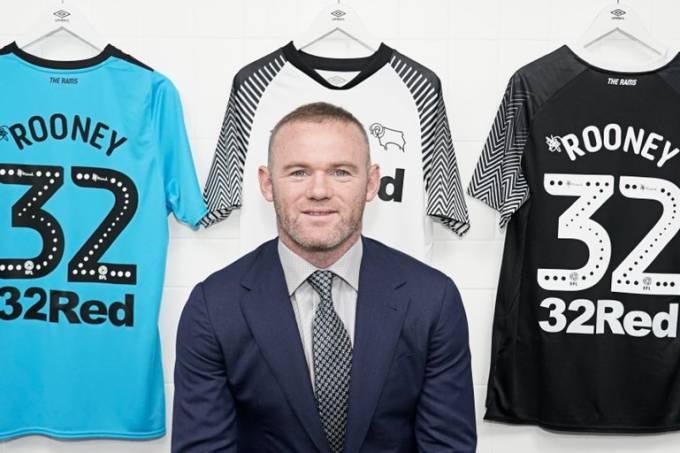Wayne Rooney posa com o uniforme do Derby County