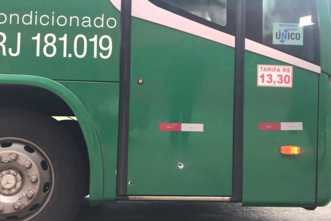Marca de tiro em ônibus sequestrado na Ponte Rio-Niterói nesta terça-feira, 20