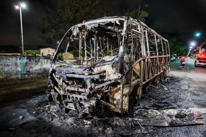 ônibus fica destruído após mais um dia de ataque em Fortaleza