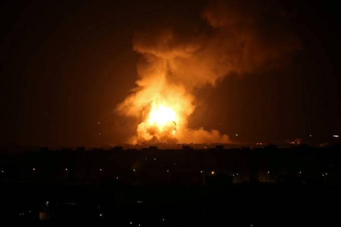 Chamas e fumaça resultantes de ataque aéreo de Israel na Faixa de Gaza