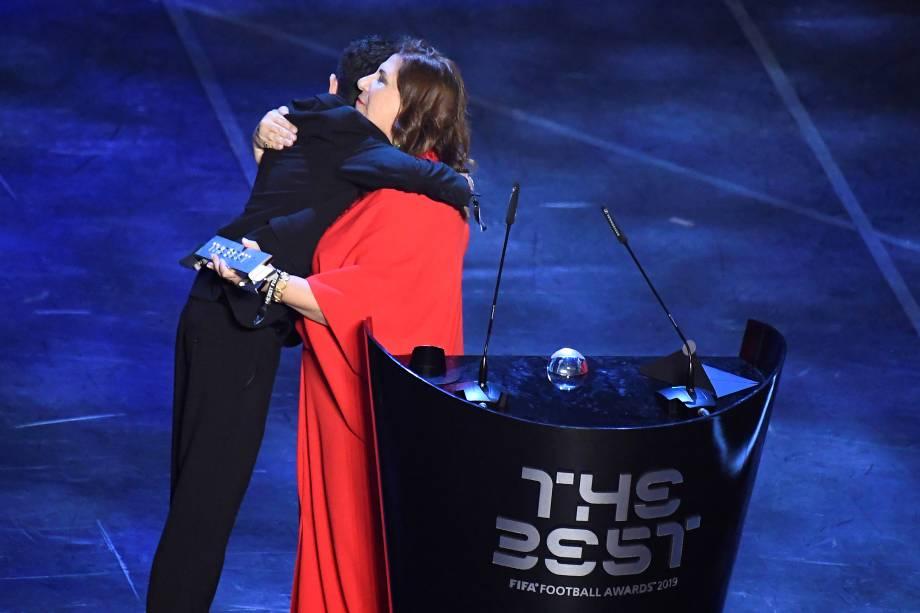 A brasileira Silvia Grecco e o filho Nickollas, ganham o prêmio de melhor torcida, em Milão