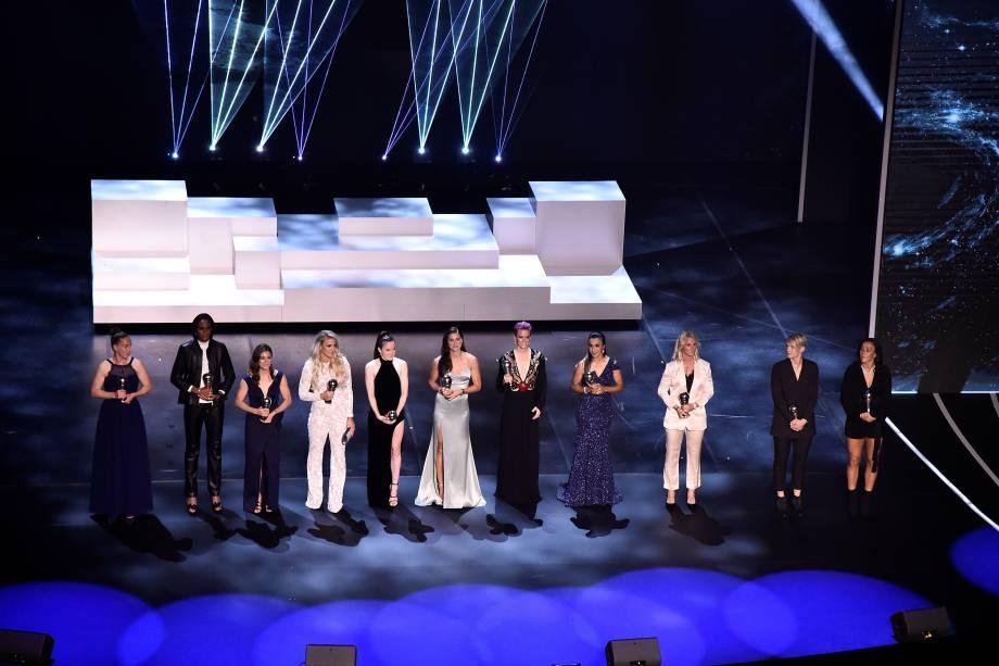 A seleção feminina do ano reunida no palco