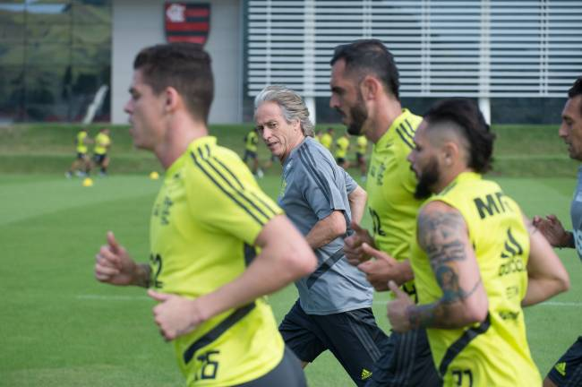 Jorge Jesus com atletas no treino do Flamengo
