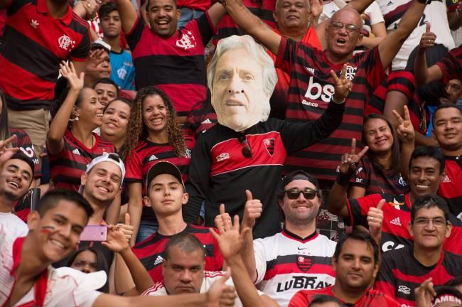 """Torcida do Flamengo com a foto do """"mister"""" Jesus na arquibancada"""