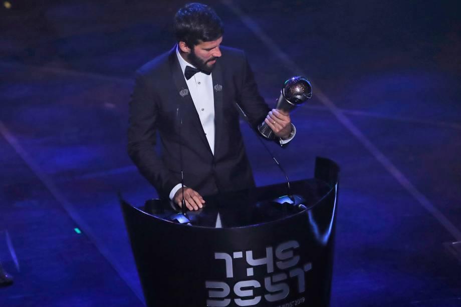 O brasileiro Alisson recebeu o prêmio de melhor goleiro