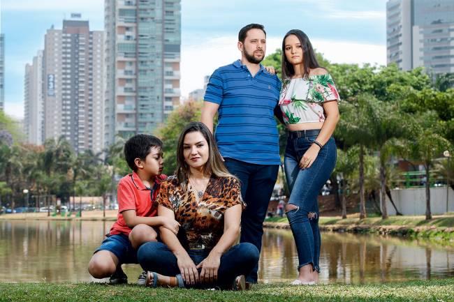 DE VOLTA - A goiana Claudine com a família: retorno ao Brasil depois de calote no trabalho e ameaça de despejo