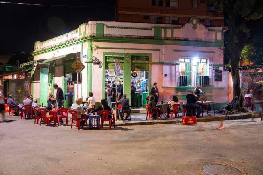 Mesinhas na calçada garantem o clima informal: bom serviço e cerveja sempre gelada