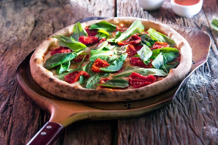 Pizza Caserta: molho de tomate, mussarela de búfala, tomate seco, basílico e rúcula